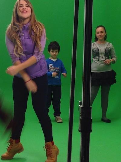 Lucia Gil bailando videoclip