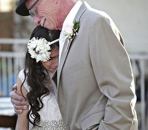 padre con cancer terminal lleva a hija al altarpadre con cancer terminal lleva a hija al altar