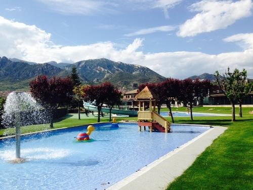 Piscina infantil con área especial para niños en Berga Resort Pirineo catalán