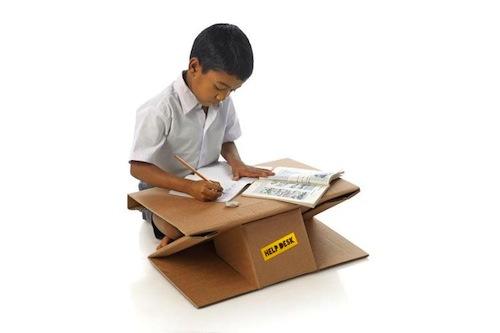 escritorio infantil de cartón que se pliega en forma de mochila