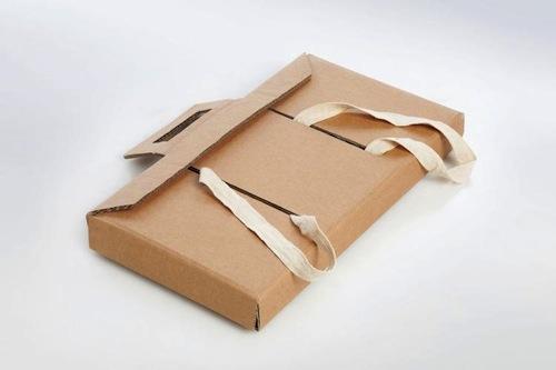 mochila escolar de cartón con forma de caja y asas