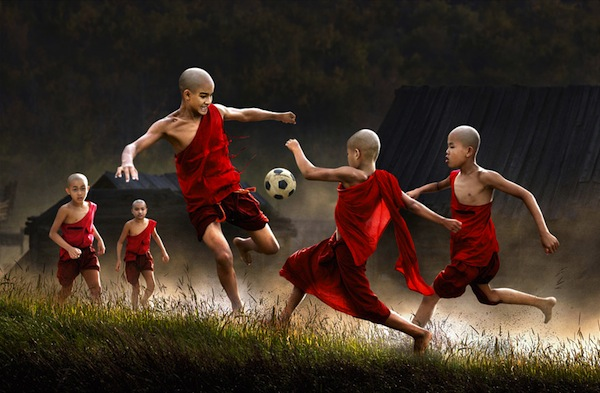 juego infantil niños jugando al fútbol