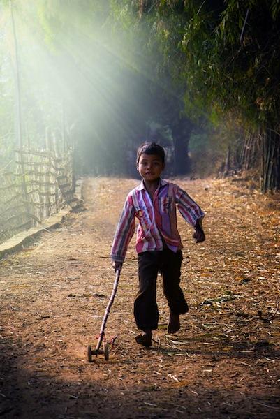 juego infantil niño jugando en india