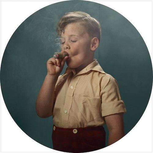 niño fumando un puro