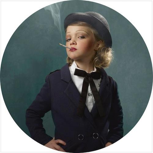 niños fumando niña vestida de azul