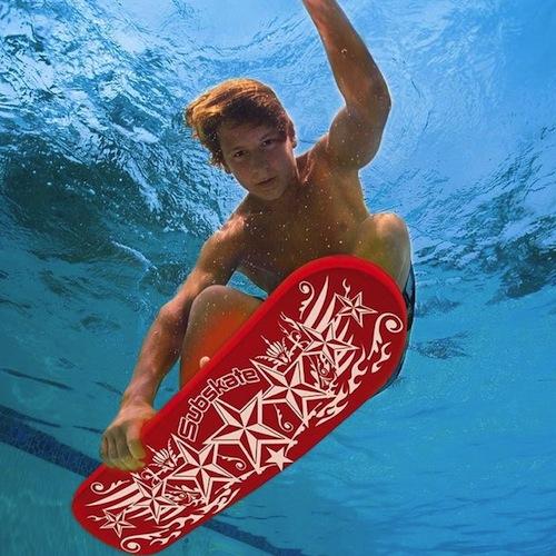 patinete sumergible para jugar en la piscina