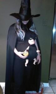 Disfraz de halloween embarazadas de bruja con bebé