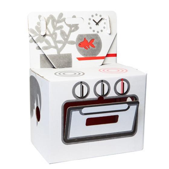 Cocinita de juguete hecha en cartón