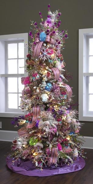 árbol de navidad decorado con cintas en tonos rosa