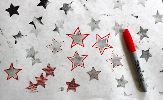 Papel de regalo DIY de estrellas decorado por niños