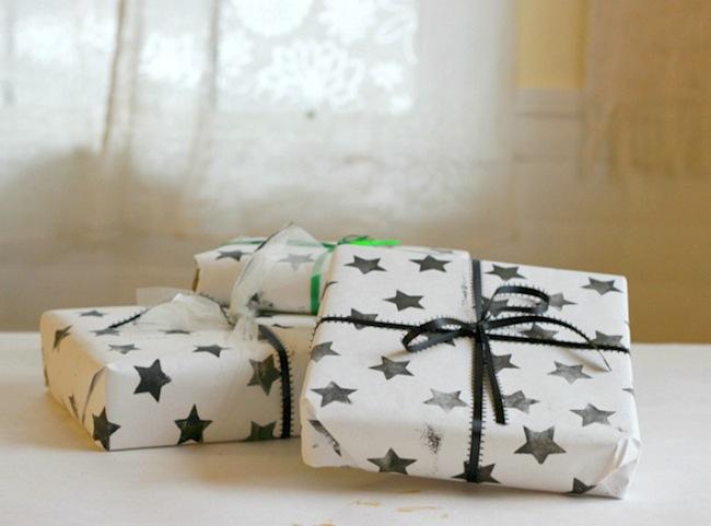 papel de regalo casero con estrellas