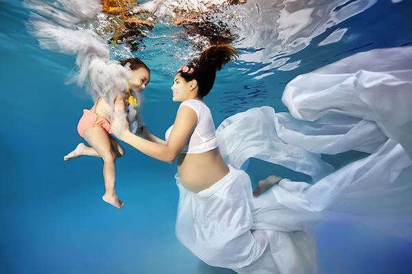 fotografia de embarazada bajo el agua con bebe