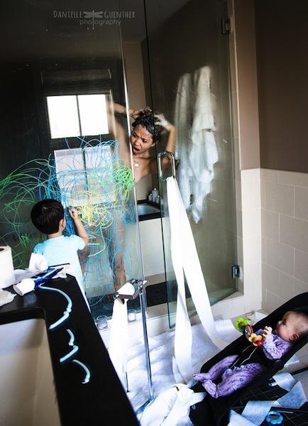 mama duchandose con los niños