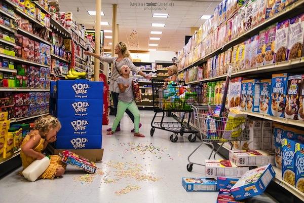 mamá en el supermercado con niños