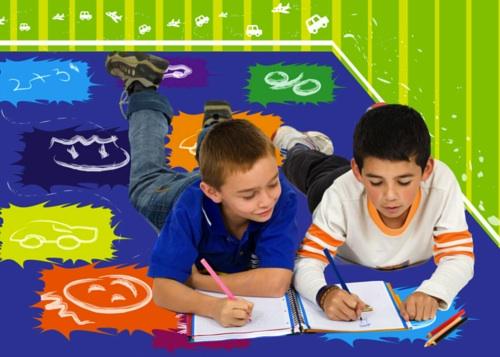 niños pintando sobre alfombra