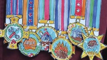 Condecora a papá en su día con medallas