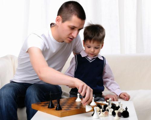 padre e hijo jugando ajedrez