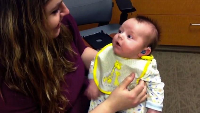 bebe sordo escucha por primera vez