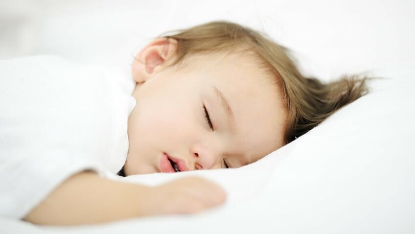 niño dormido en cama