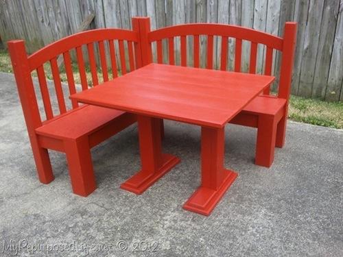 silla con mesa hecha con cuna