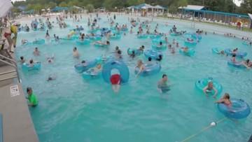 ¿Puedes ver al niño que se ahoga en esta piscina pública antes que la socorrista?