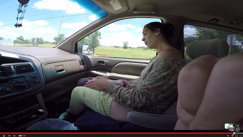 embarazada da a luz en el coche