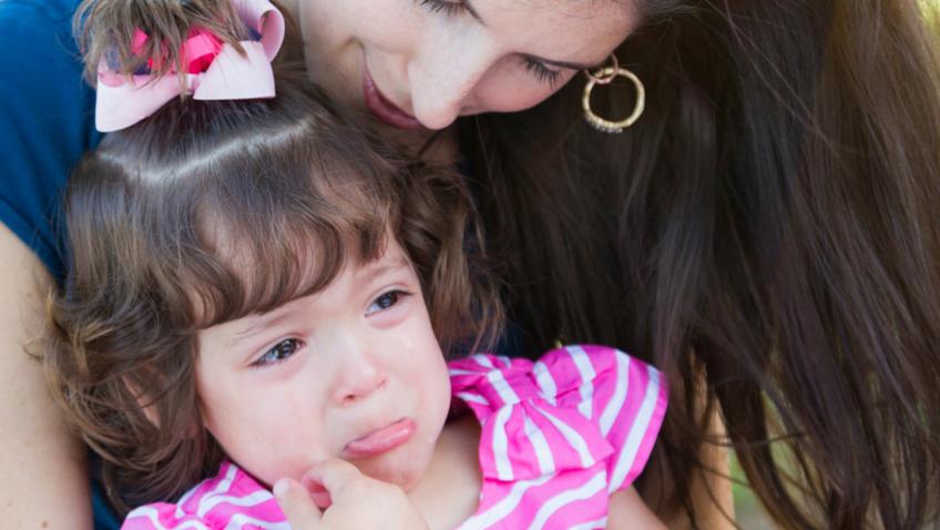 mamá con hija que llora