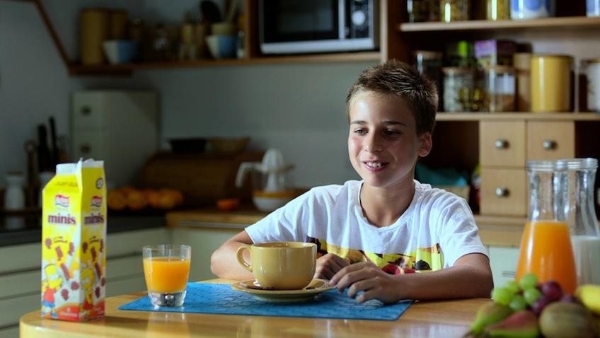Niño desayunando equilibrado