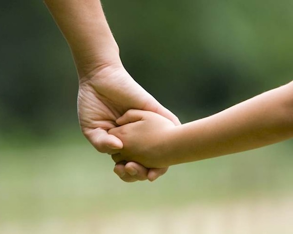 madre e hijo de la mano