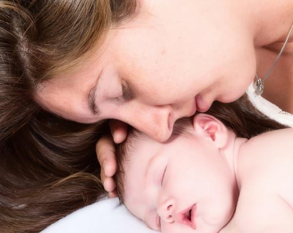 mamá con su bebé recien nacido