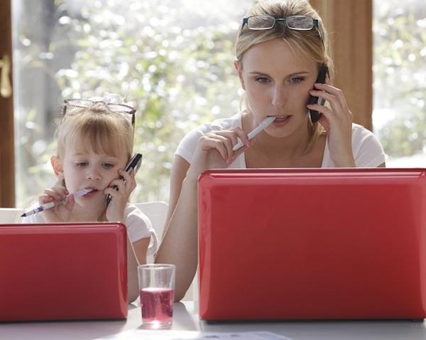 mamá trabajando con hija