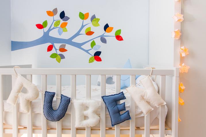 habitación bebé árbol