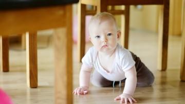 Adaptar la casa a un bebé que gatea o camina