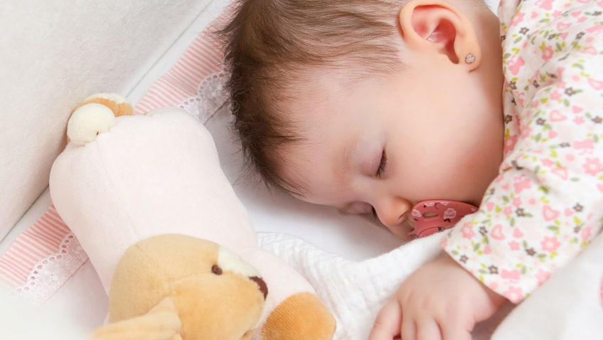 bebe durmiendo cuna