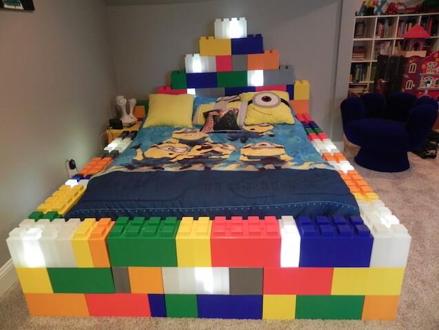 Cama infantil hecha con bloques de construcción