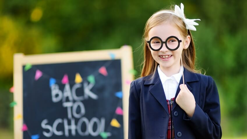 niña con pizarra back to school