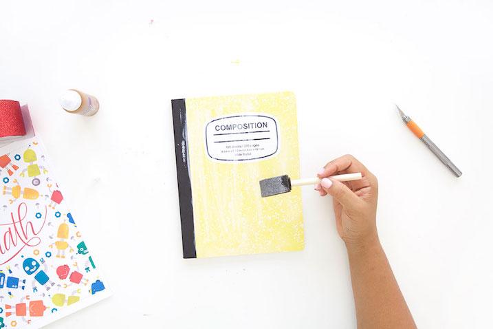 Decorar cuadernos escolares con plantillas