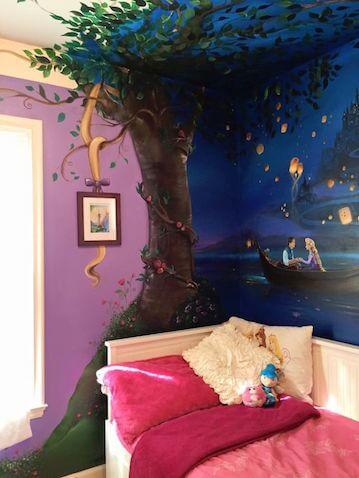 Preciosa habitación infantil con decoración de Rapunzel con mural
