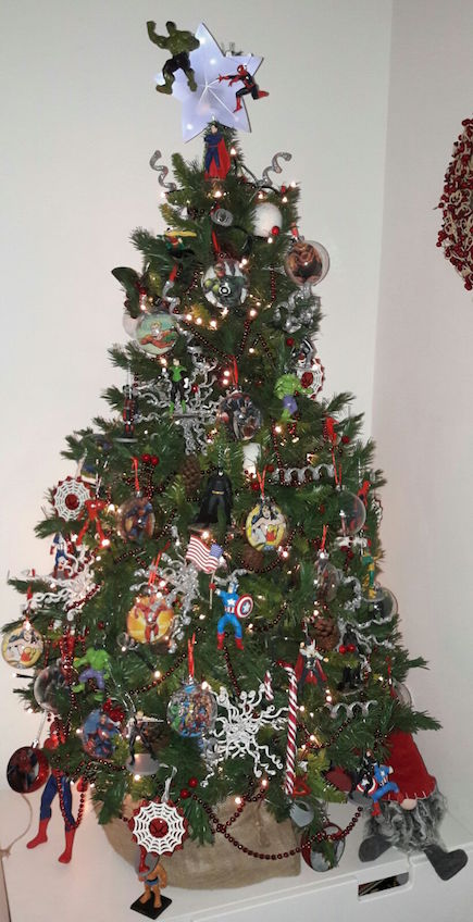 Árbol de Navidad original decorado con superhéroes