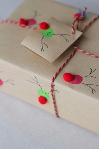Envolver regalos original con papel casero de Renos