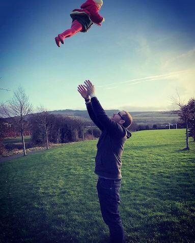 bebé saltando por los aires alto