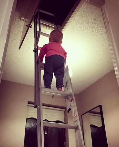 Bebé subiendo una escalera