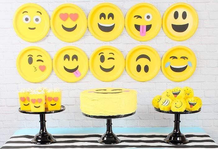 Ideas para decorar una fiesta de cumpleaños de Emojis mesa principal