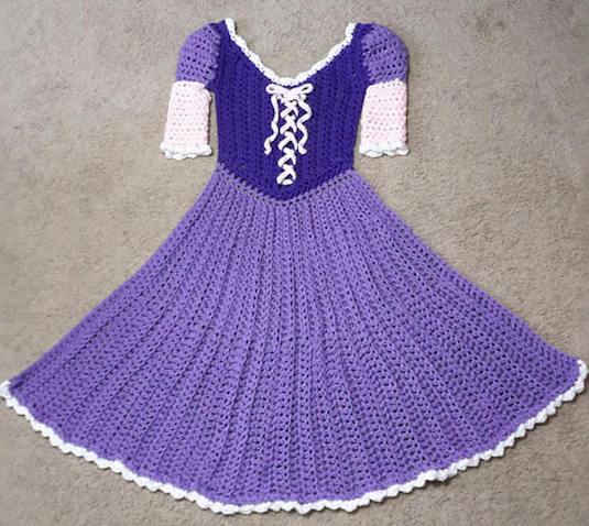 Manta con forma del vestido de Rapunzel hecha de ganchillo