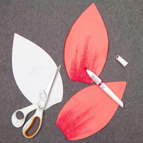Tutorial disfraz bebé casero flor Usa el rotulador para darle un tono más oscuro a los pétalos