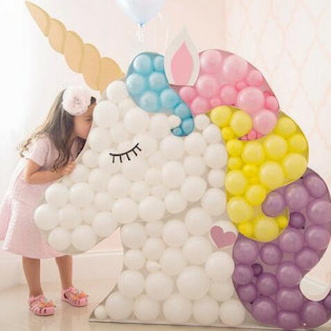 Decoración de globos para fiesta de unicornios