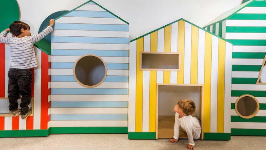 guardería infantil con zonas juegos con casas para jugar