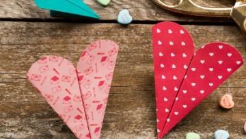 Aviones de papel con forma de corazón para San Valentín