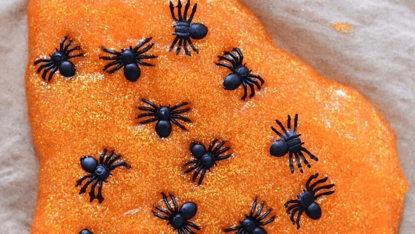 hacer slime para halloween con arañas de plástico receta fácil