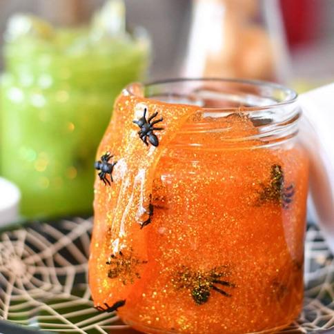 Cómo hacer slime para Halloween con arañas de plástico y purpurina